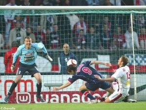 Pedro Pauleta fauché par Abardonado dans la surface. Il transformera le penalty lui-même (Ch. Gavelle)