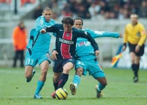 Cristian Rodriguez poursuivi par Gimenez et Bocaly (R. Martin)