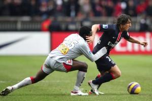 Cristian Rodriguez tente de se débarrasser d'Apam (S. Reix)