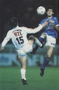 Cantona et son vis-à-vis parisien pied en avant...