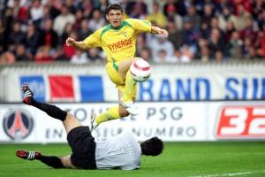 Duel entre Lionel Letizi et Keseru, dont le portier parisien sortira vainqueur (S. Reix)