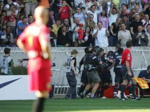 Barthez, dépité, regarde les parisien se congratuler