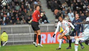 Rémy trompe Grégory Coupet, en toute fin de match (F. Porcu)