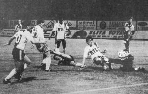 Luis Fernandez à la lutte avec Casanova, sous les yeux de Safet Susic, de Oumar Sène et des Havrais Llorens, Zajakowski et Jacquet (HAC Foot Archives)
