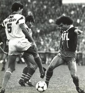 Dominique Rocheteau à la lutte avec Bonnevay, sous les yeux de Susic (A. Gadoffre)