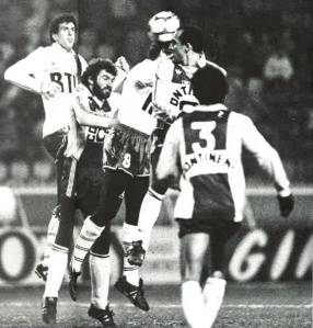 Bataille pour un ballon : Luis Fernandez s'impose de la tête sous le regard de Michel Bibard (A. Gadoffre)