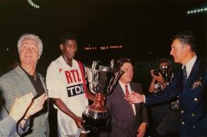 Oumar Sène reçoit le trophée, à côté du président Borelli (Ch. Gavelle)