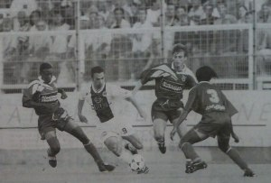 Youri Djorkaeff au milieu de trois Bastiais (photo G. Baldocchi, source : Corse Football)