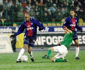 Nicolas Anelka balle au pied, sous le regard d'Edouard Cissé