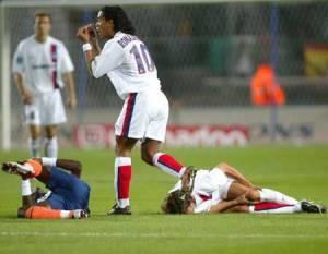 Ronaldinho semble expliquer à l'arbitre ce qui c'est passé… (Ch. Gavelle)