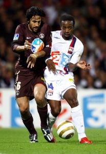 Duel entre Mario Yepes et Govou (S. Guiochon)