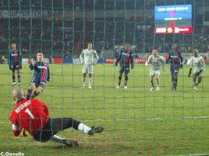 Revault, l'ancien parisien, arrête le penalty de Pedro Pauleta (Ch. Gavelle)