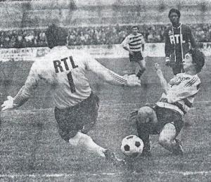 Ilja Pantelic sort au-devant de Green, sous les yeux de Milo et de Jacky Laposte