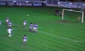 Mustapha Dahleb tire son coup franc en roublard alors que D'Angelo en était encore à placer son mur: 1-0!