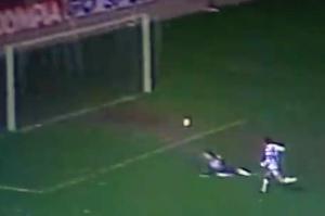 Moustapha Dahleb inscrit le second but et confère ainsi au PSG un avantage significatif avant le match retour