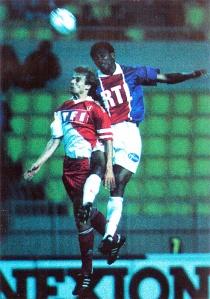 Duel aérien entre Antoine Kombouaré et Klinsman