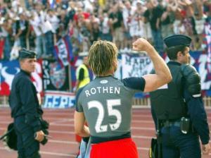La joie de Rothen allant saluer les supporters à la fin du match
