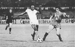 Louis Floch tente de s'interposer devant Paulo Cesar