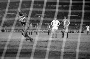 François M'Pelé, double buteur à Marseille