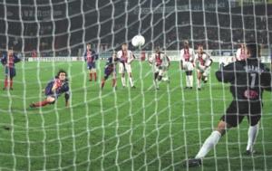 Marco Simone glisse au moment de tirer son penalty… Le ballon s'envole dans le ciel du Parc