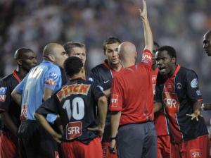 Malgré les contestations parisiennes, M. Chapron siffle un coup franc indirect dans la surface