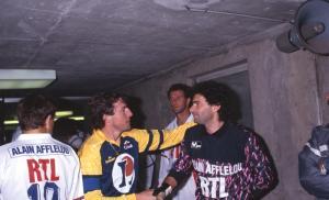 Joël Bats en compagnie d'un certain Luis Fernandez dans le couloir des vestiaires...