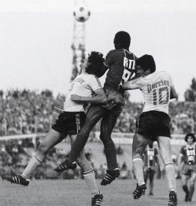 François M'Pelé pris en sandwich par deux lensois
