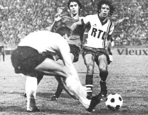 Ilja Pantelic se saisit du ballon, protégé de Sanchez par Humberto
