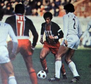Mustapha Dahleb balle au pied, observé par coéquipiers et adversaires...