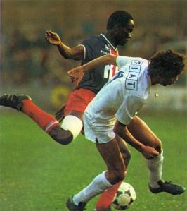 François M'Pelé à la lutte avec un Messin