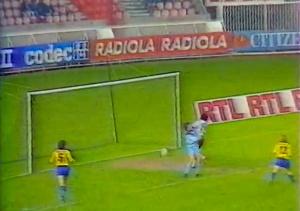 Télescopage Rust / Jules Bocandé tandis que la balle file vers les buts après une tête de l'attaquant parisien