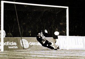 Bernard Lama repousse le penalty de Ouedec… dans les pieds de ce dernier qui marquera ainsi le seul but du match...
