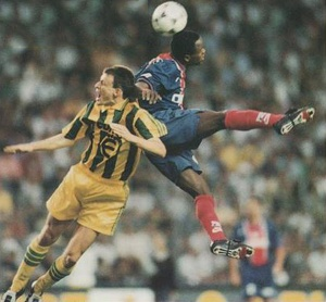 Julio Cesar Dely Valdes et Guyot à la lutte pour le ballon