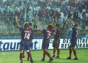Les joueurs communient avec les supporters à la fin du match