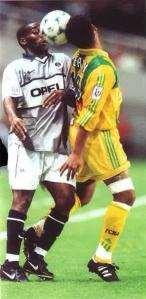 Augustine Okocha à la lutte