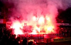 Les torches dont la fumée provoquera l'annulation du but de Hugo Leal par l'arbitre...