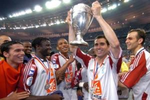 Pauleta brandit la Coupe de France. La 6ème du club!