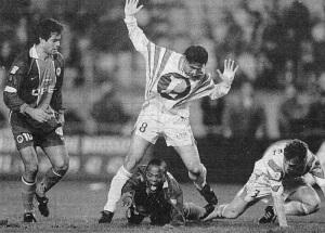 Dely Valdès au sol sous les yeux de Raï, l'image résume bien le match (O. Boitet)