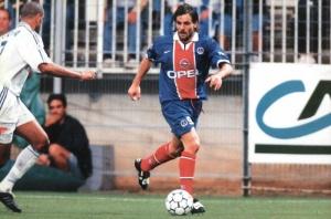 Marco Simone balle au pied