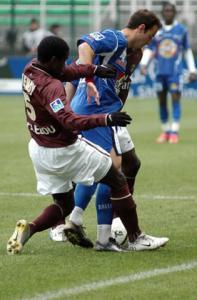 Bernard Mendy presse le porteur du ballon