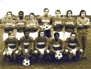 Les parisiens avant le coup d'envoi, posant dans leur maillot sponsorisé par les supermarchés Montreal, grande première dans l'histoire du club