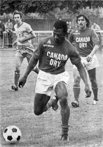 Jacky Bade, balle au pied, et Louis Cardiet, deux des défenseurs parisiens