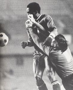 Duel musclé entre François M'Pelé et Formici...