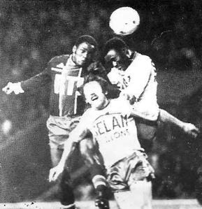 François M'Pelé, ici à la lutte, ouvrira le score pour les parisiens...