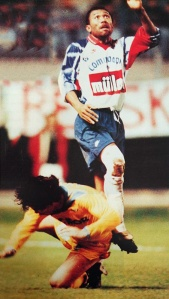 Antoine Kombouaré prend le dessus sur un adversaire (HAC Foot Archives)
