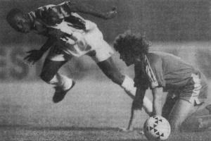 George Weah à la lutte avec Rabat (HAC Foot Archives)
