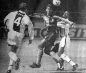 Alain Goma à la lutte avec Becanovic, sous les yeux de Wörns (HAC Foot Archives)