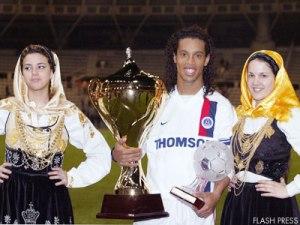Ronaldinho avec la coupe et son trophée de meilleur joueur