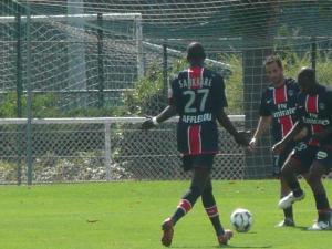 Younousse Sankharé semble réclamer la balle à Ludovic Giuly