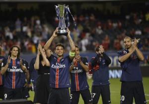 Le premier trophée de la saison 2015-16 brandi par le capitaine du PSG!